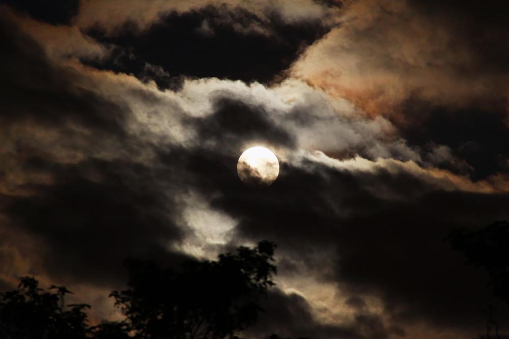 Lever de lune nuageux
