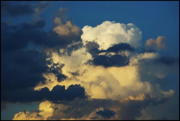 nuages blancs et noirs dans ciel bleu