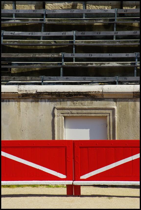 portes et gradins aux arènes de Nîmes