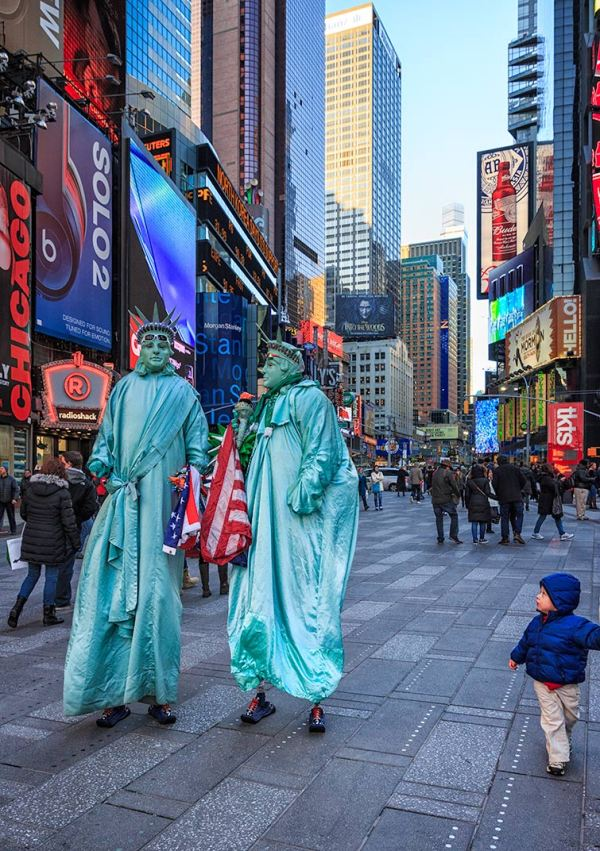 Two mimes dressed as Statue of Liberty in NYC