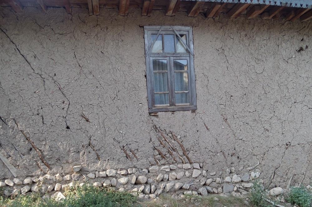 سنگ ، چوب ، خشت و گل و پنجره ای رو به خدا