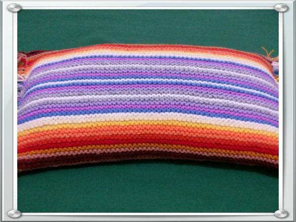 یه بالش کاموایی دست بافت رنگی رنگی