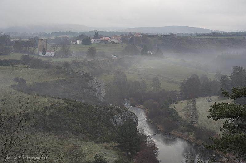 Village dans la brume ...