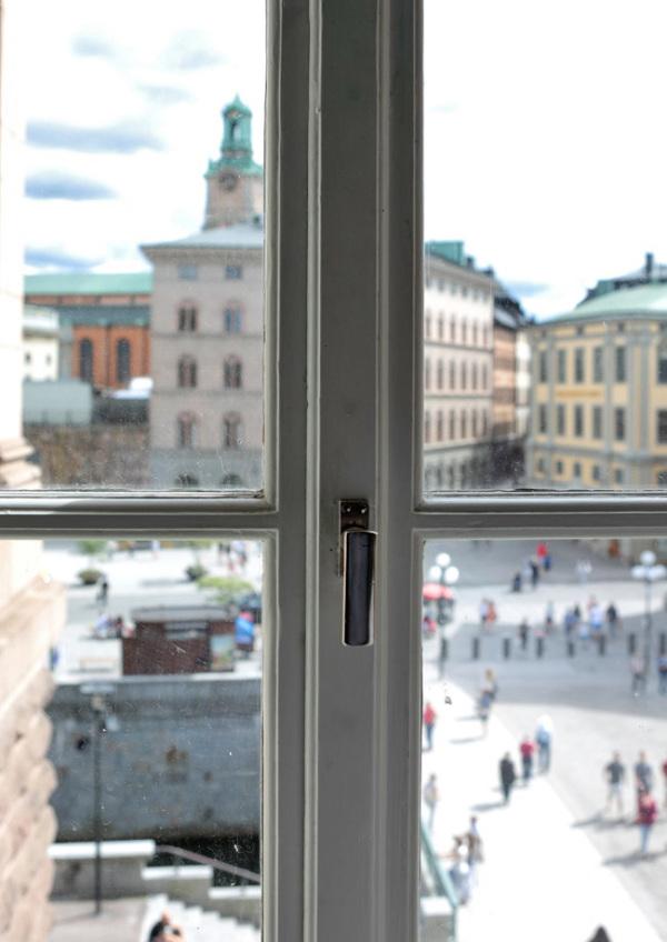 آn the window frame