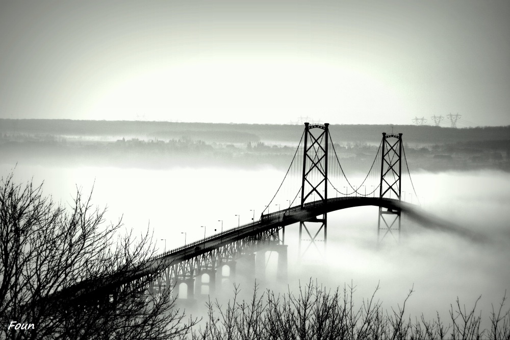 Pont de l'île d'Orléans dans la brume matinale