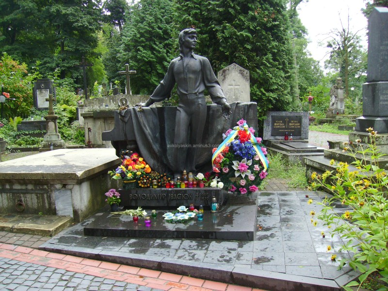 A  tomb  of  Volodymyr  Ivasiuk  in  Lviv