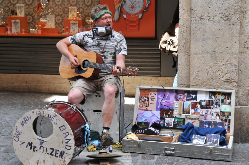 Mr Olzen, a street musician seen at Rouen