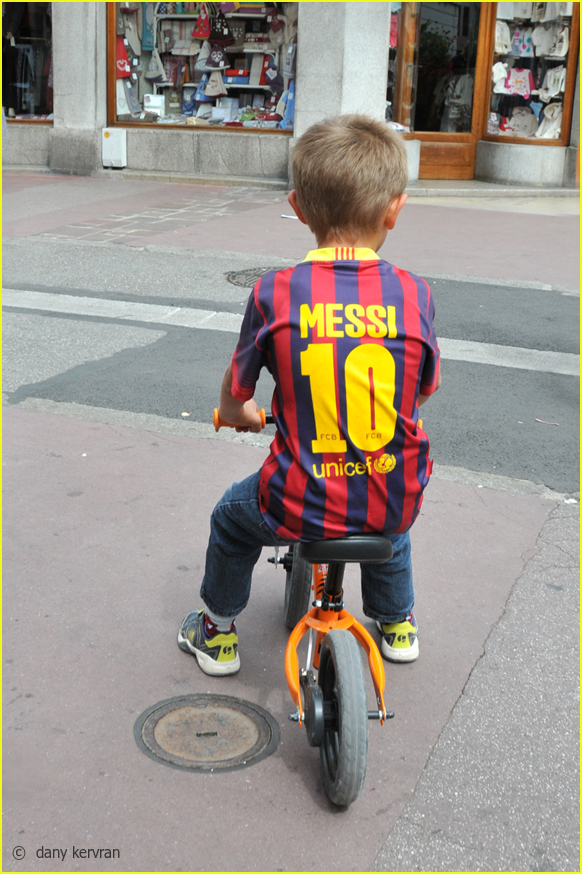 young boy with a n° 10 Barcelona FC shirt
