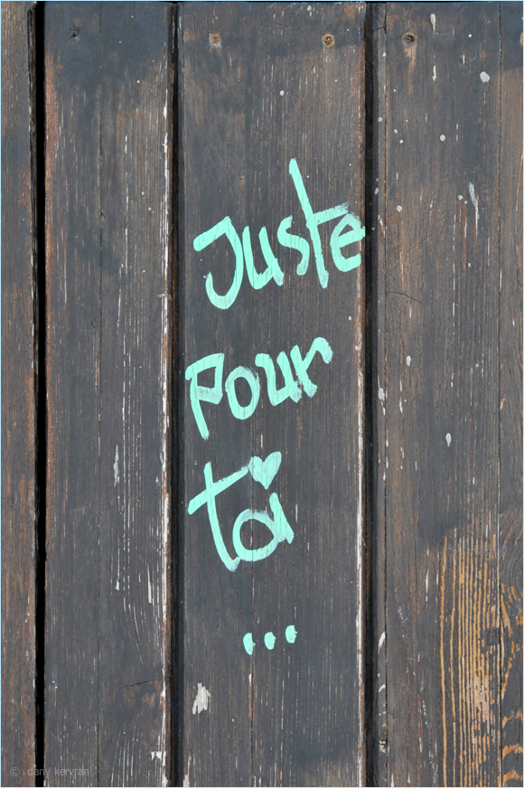 a message painted on a door in Cassis
