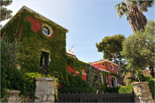 a red villa in Cassis
