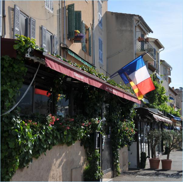 Cassis, drapeau Français devant un restaurant