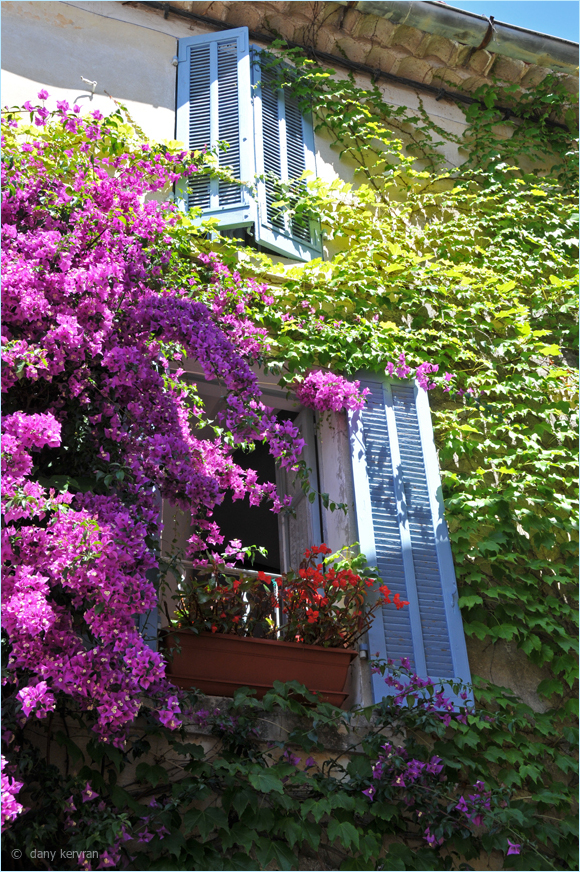 flowery house in Le Catsllet