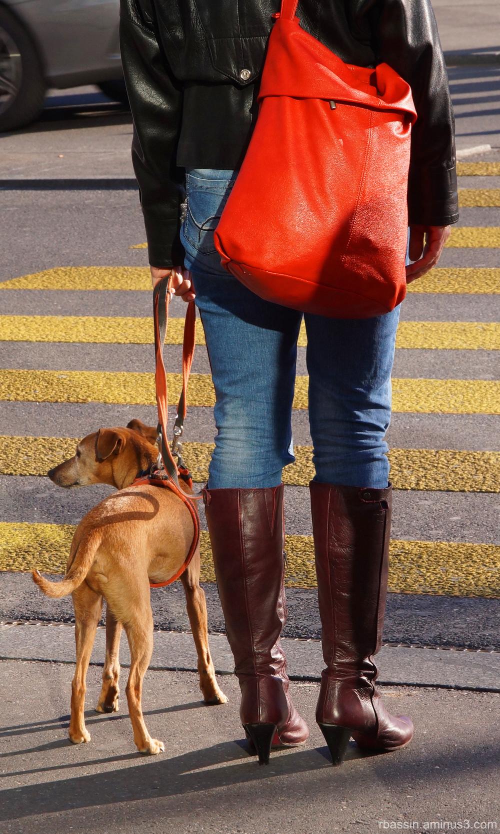 sac rouge et bottes de cuir