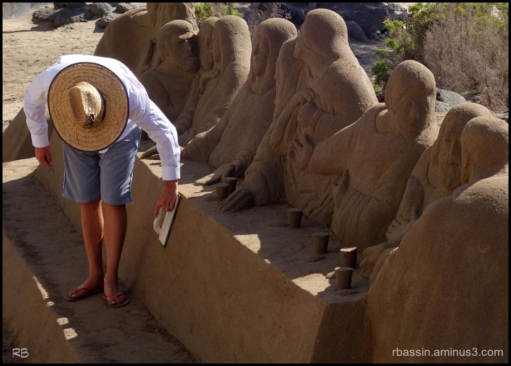 chapeau de paille et sculpture de sable