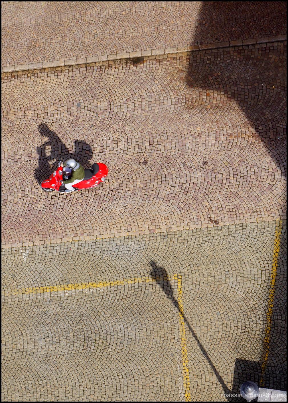 la vespa rouge et ombres