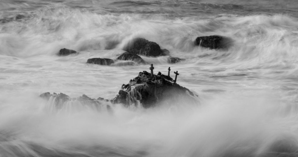 un vague s'éclate sur un rocher, pose longue