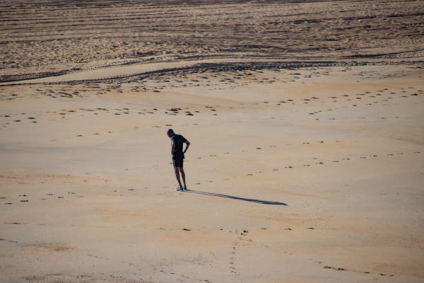un homme seul sur le sable réfléchit