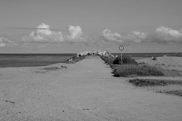 vue sur une digue déserte