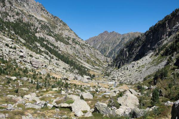randonnée dans une vallée dans le val d'azun