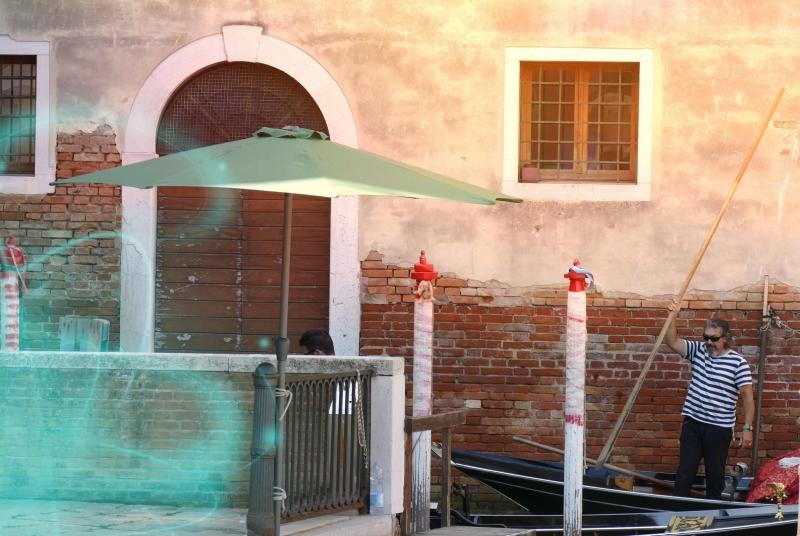 Les gondoliers passent sous la lumière vénitienne
