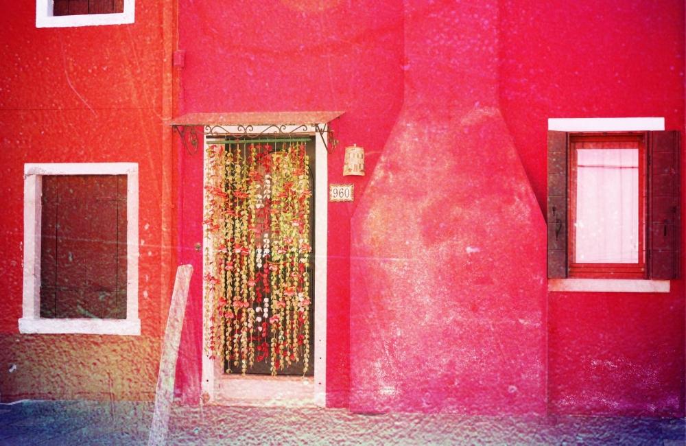 L'entrée est égayée d'un pan de mur coloré...
