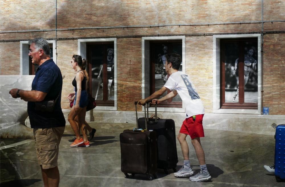 Un vrai défi de rouler les valises des femmes...