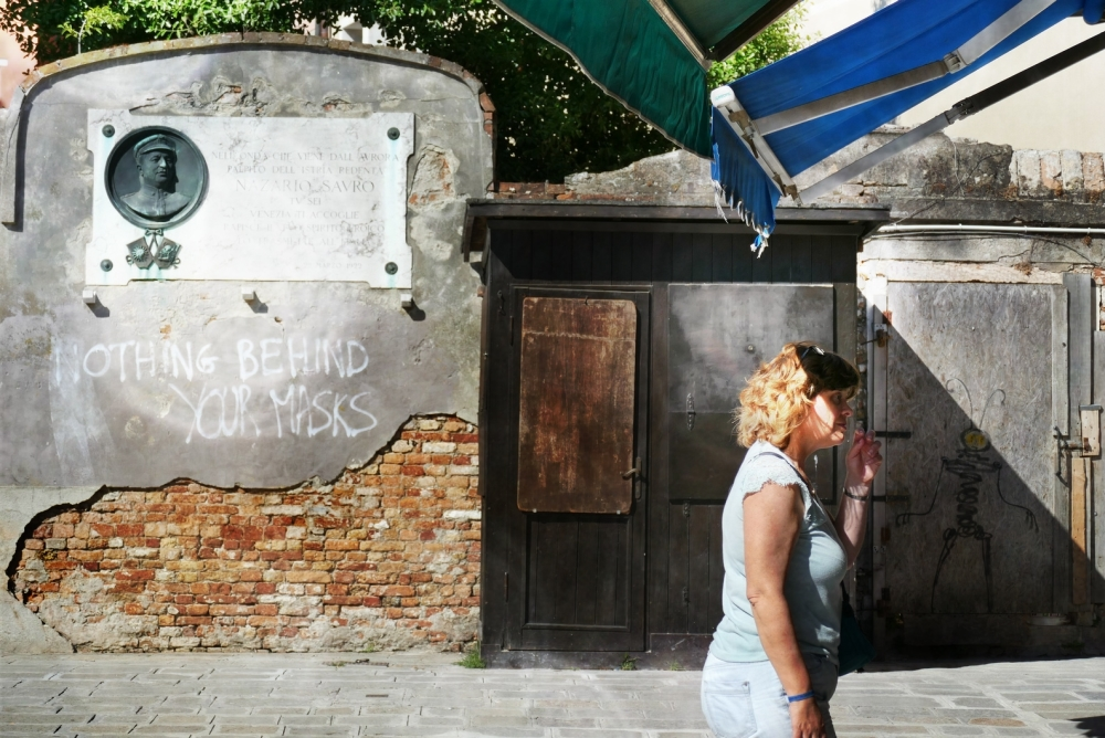Je veux voir derrière cette porte masquée...