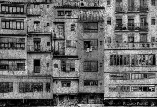 Imagen de las casas centenarias asomadas al rio On