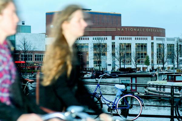 paseando en bici al lado del palacio de la opera