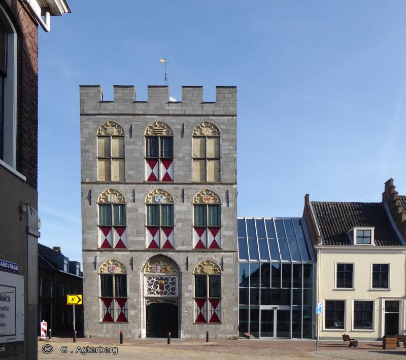 Het oude en nieuwe stadhuis van Vianen .