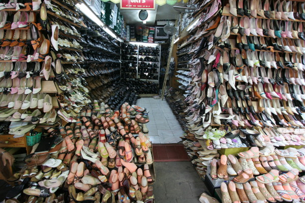 Un negozio di scarpe a Hanoi