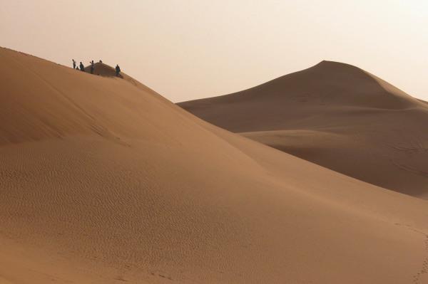 Al tramonto nel deserto di sabbia