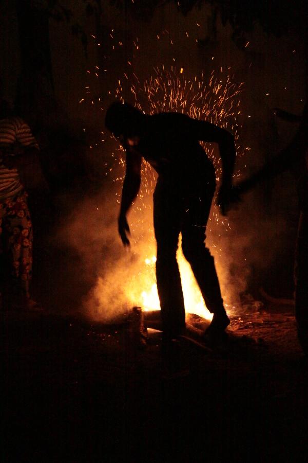 Danza del fuoco con veri tizzoni ardenti
