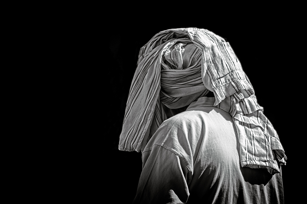 Man with traditional Arabic clothing from behind