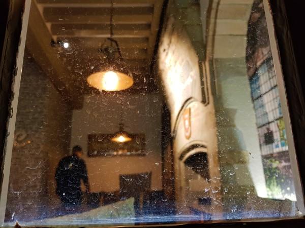 Derrière une fenêtre salie par les pluies d'été