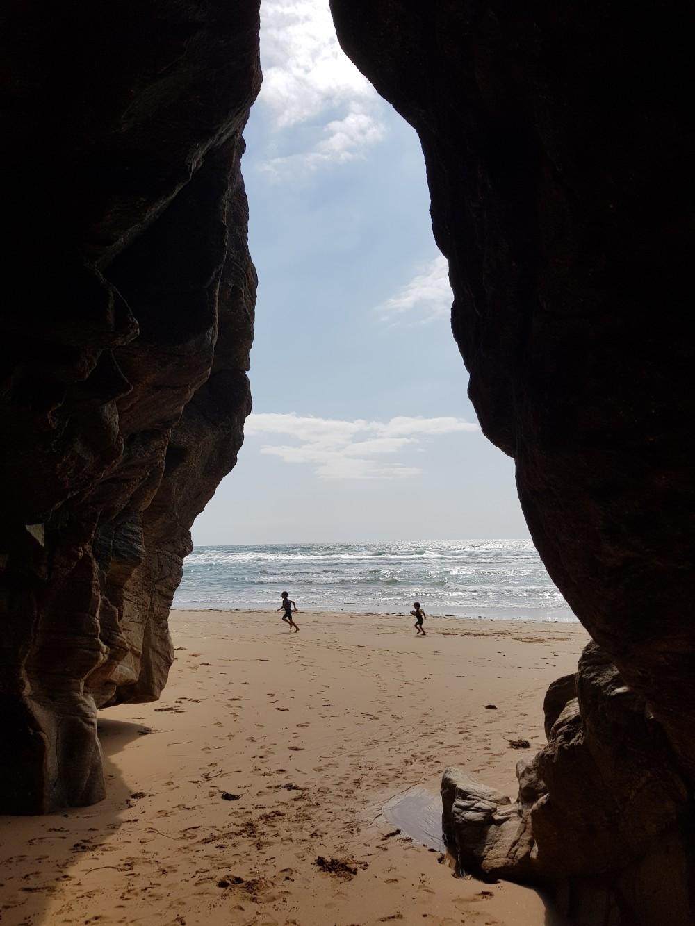 Sous les rochers, une plage...