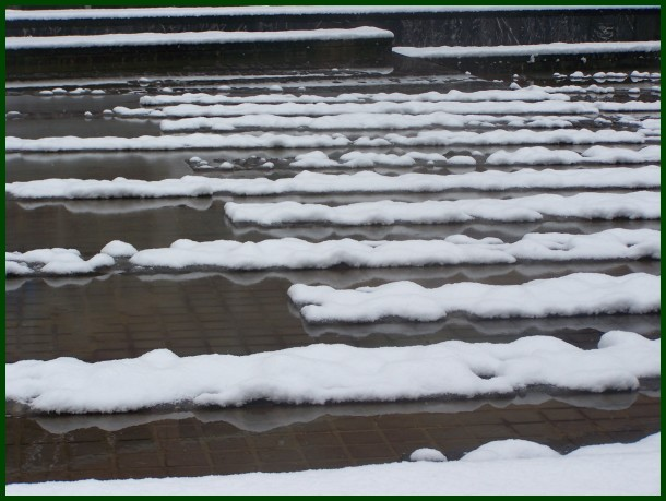 Elurrak eta urak sortu irudia. Snow-water shapes
