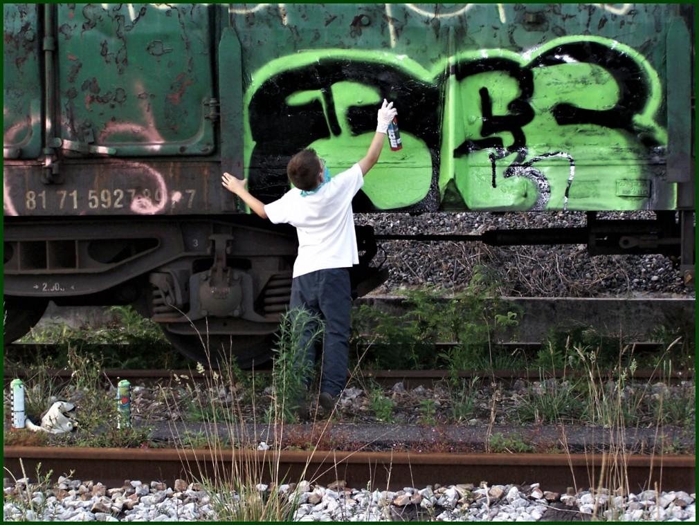 Grafitia margotzen // Painting a graffiti