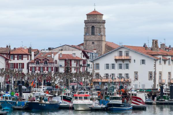 St Jean de Luz , le port , l'église
