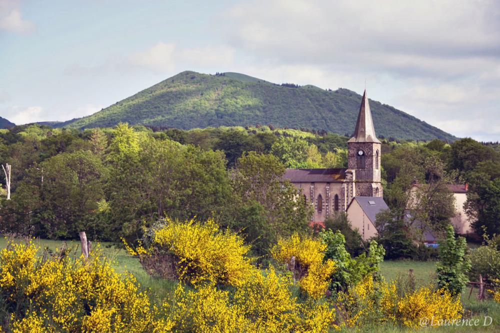 Eglise et volcan à Saint Ours les Roches