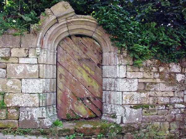 Une porte dans le village de Charroux Auvergne
